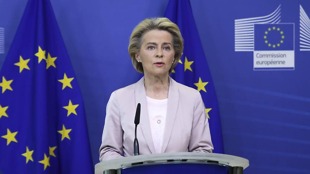 Ursula von der Leyen (CDU), Präsidentin der Europäischen Kommission, spricht auf einer Pressekonferenz im EU-Hauptquartier. Foto: Aris Oikonomou/AFP POOL/AP/dpa