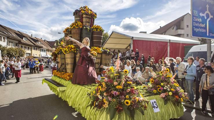An diesem herbstlichen Sonntag wird in Döttingen alles dem Wein gewidmet. Umzug des Winzerfestes in Döttingen. Im Bild:Winzer's Pyramide,öttiger Winzerlüt AM-MEI-ZI