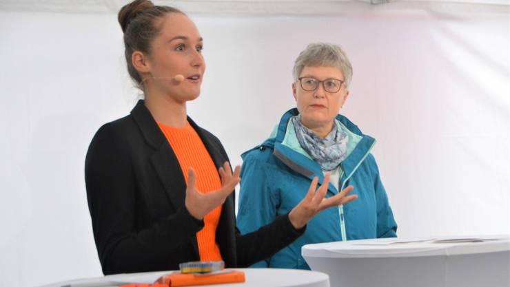 Alina Spuhler (links) und Moderatorin Christine Salkeld.