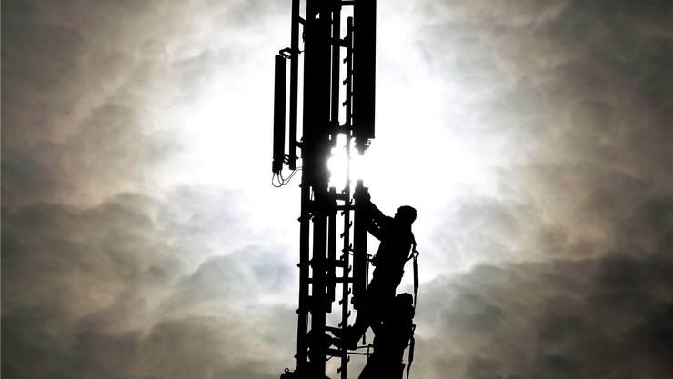 Um mit dem riesigen Datenvolumen klarzukommen, sollen Handyantennen bald stärker strahlen dürfenFRANK AUGSTEIN/Keystone