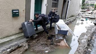 Verzweifelte Einwohner flüchten vor dem Hochwasser in Villegailhenc.