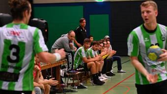 Die Bank des HV Olten mit Trainer Hanspeter Arnold (ganz links).