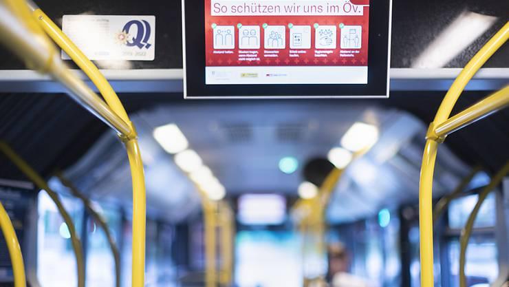 In den Bussen des ZVV werden erstmals seit März wieder Billette verkauft. Um das Fahrpersonal zu schützen, werden aber Plexiglasscheiben installiert. (Symbolbild)