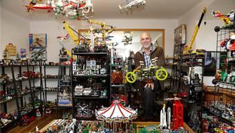 René Syfrig in seinem Lego-Shop in Solothurn, wo komplette von ihm gebaute Modelle und die Anleitungen dazu gekauft werden können. hanspeter bärtschi