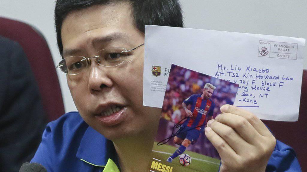 Bürgerrechtler  Howard Lam vor den Medien, wo China der Misshandlung beschuldigte
