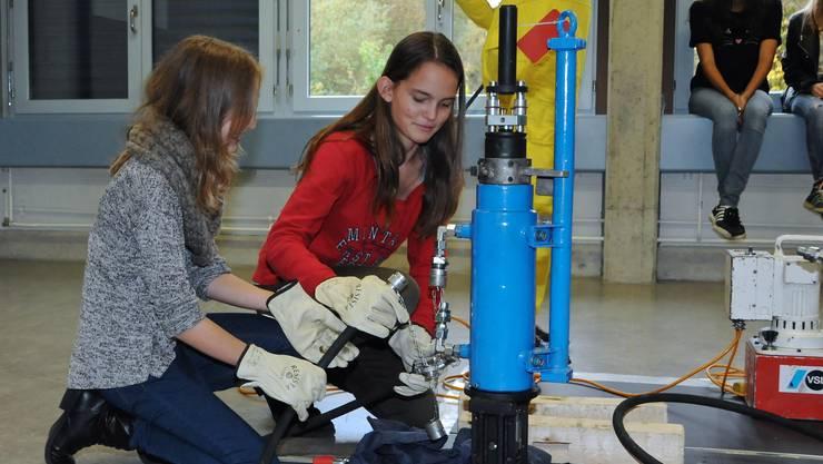 Tec Day an der Kantonsschule Limmattal: Schülerinnen bauen für ein Experiment ein hydraulisches Gerät auf, das zehn Tonnen Gewicht anheben kann.