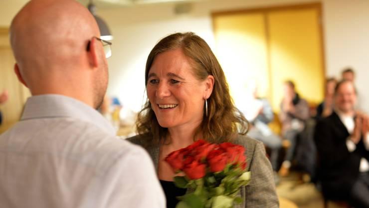 Franziska Roth bekommt von Parteipräsident Claudio Marrari einen Strauss rote Rosen.
