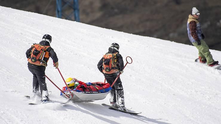 Die Österreicherin Cornelia Hütter wird nach ihrem Sturz bei der Weltcup-Abfahrt in Soldeu im Rettungsschlitten abtransportiert