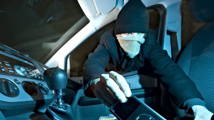 Der Täter brach das Auto auf und entwendete mehrere Gegenstände. (Symbolbild)