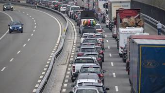 Der Osterreiseverkehr staut sich bereits am Freitagmorgen am Gotthard-Tunnel auf einer Länge von über zehn Kilometern. (Archivbild)