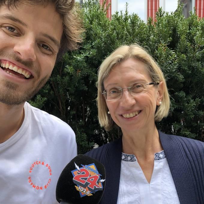 Ufem Bänkli mit der DEZA-Mitarbeiterin Béatrice Meyer