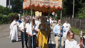Begleitet von der Musikgesellschaft Frick ziehen die Gläubigen durchs Dorf.