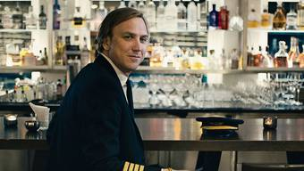 Der arbeitslose Stefan (Lars Eidinger) zieht sich seine Uniform nur an, um an der Flughafenbar Frauen aufzureissen.