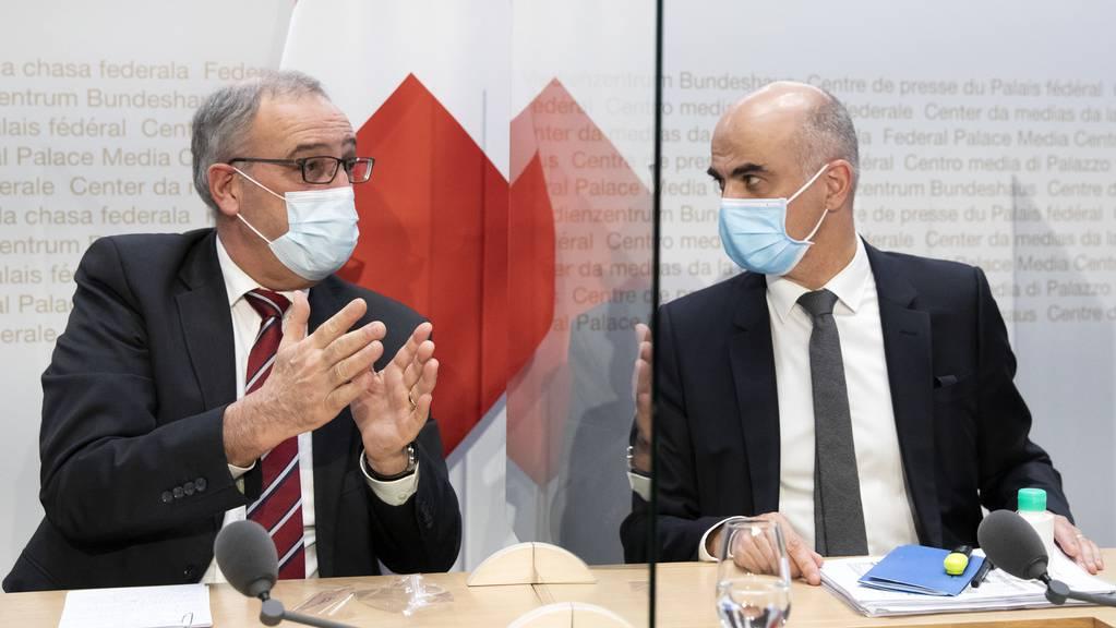 Bundesräte Guy Parmelin und Alain Berset sind durch Plexiglas-Scheiben getrennt.