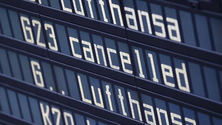 Bei der Lufthansa haben die Flugbegleiter am Freitag ihren zweitägigen Streik fortgesetzt. Wie am Vortag fielen hunderte Flüge aus.