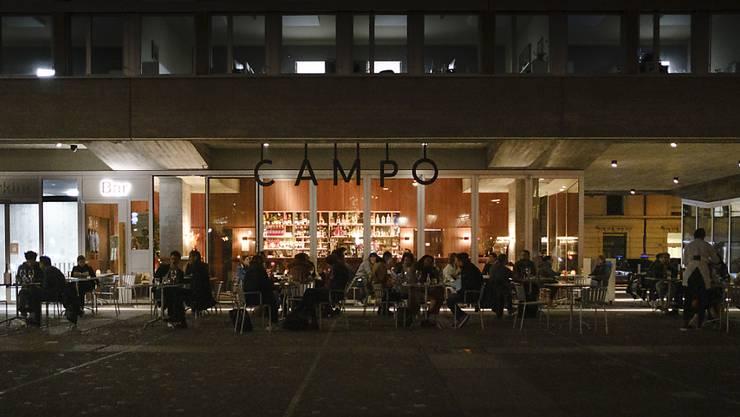 Die Nutzung der Plätze im Freien wird für Gastronomiebetriebe mit kühlen Temperaturen zunehmend schwieriger. Der Kantonsrat hat es abgelehnt, der Branche mit einer Lockerung von Vorschriften entgegenzukommen. (Symbolbild)