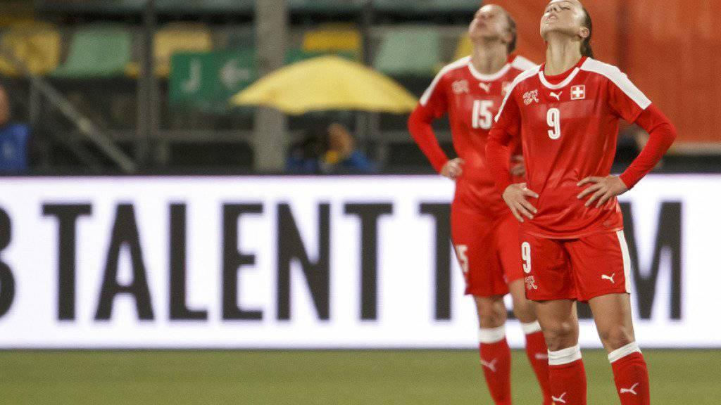 Die Schweizerinnen ärgern sich nach Spielschluss über die 3:4-Niederlage gegen die Niederlande