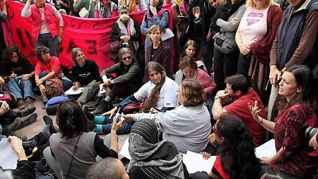 Demonstranten sitzen an der Grenze zum Gazastreifen fest