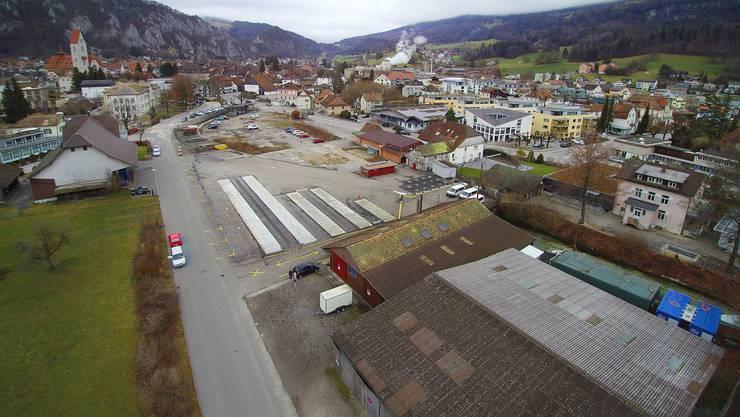 Drohenbild der ehemaligen Sagi-Parzellen im Dorfkern von Balsthal. Im Vordergrund Teilbereich B, im Hintergrund (heute als Parkplatz genutzt) Teilbereich A. Der Augstbach wird unterirdisch geführt.