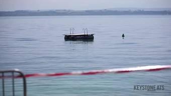 Die Behörden im Kanton Neuenburg haben ein Badeverbot für den Strandabschnitt zwischen der Areuse-Mündung und Colombier verhängt. Zuvor waren sechs Hunden an den Folgen einer Vergiftung gestorben.