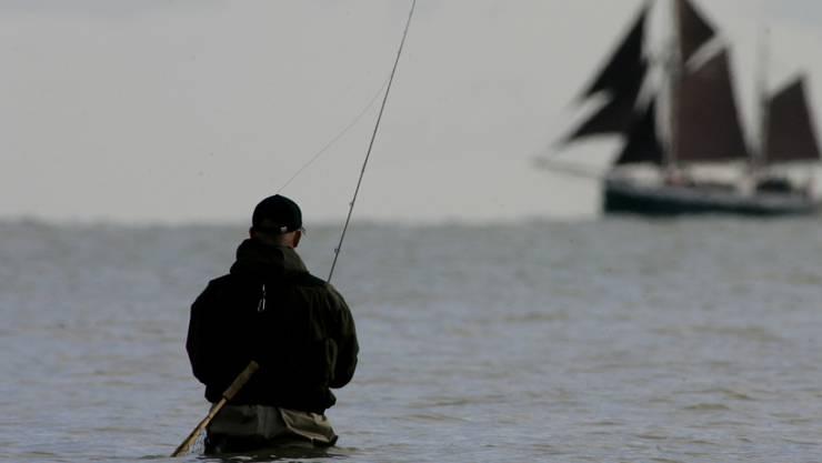 Ein Angler in der Ostsee nahe Strande in Deutschland. (Archivbild)