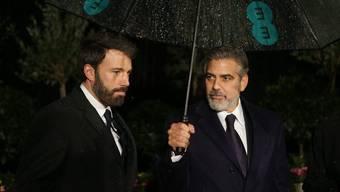 """""""Argo""""-Regisseur Ben Affleck (links) und Co-Produzent George Clooney auf dem Weg zur After-Show-Party nach Abräumen mehrerer BAFTA-Preise"""