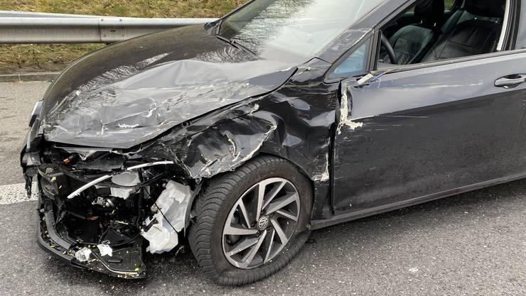 Auf der Autobahn A3 bei Lupfig kollidierte ein Lenker eines VW Golfs mit einem Baustellenfahrzeug.