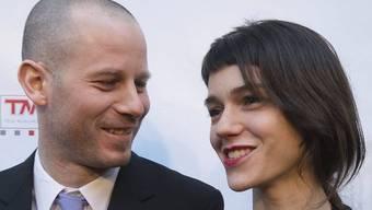 """Sarah Spale Bühlmann und Ehemann Philipp Spale schreiten an der Premiere von """"Night Train to Lisbon"""" über den roten Teppich (Archiv)"""