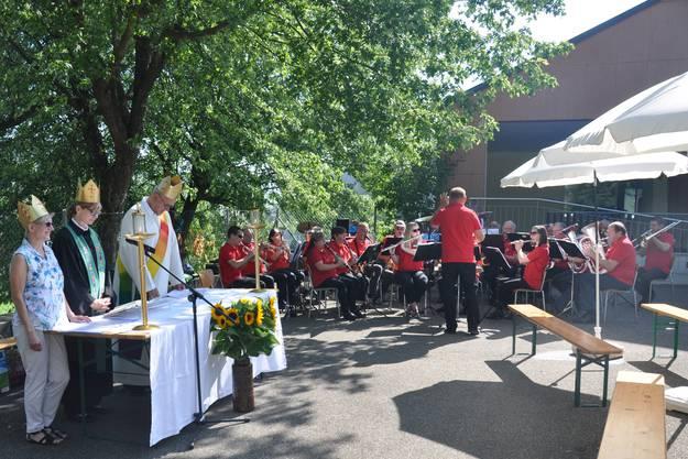 Die Musikgesellschaft Hornussen umrahmt feierlich den Gottesdienst