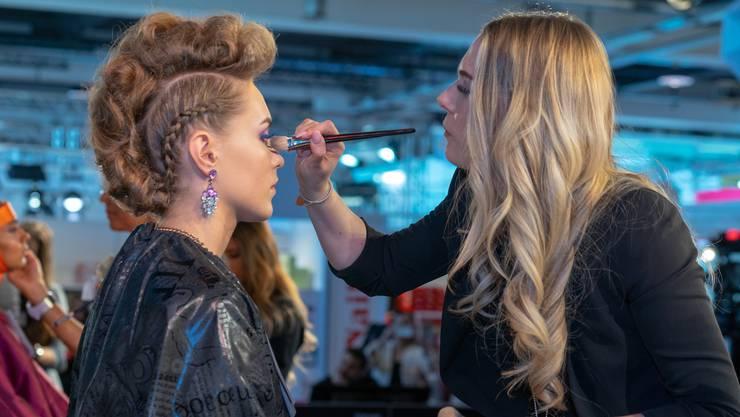 Bilder von der Schweizer Make-Up Meisterschaft. Alexandra Keller beim Schminken und mit dem Model.