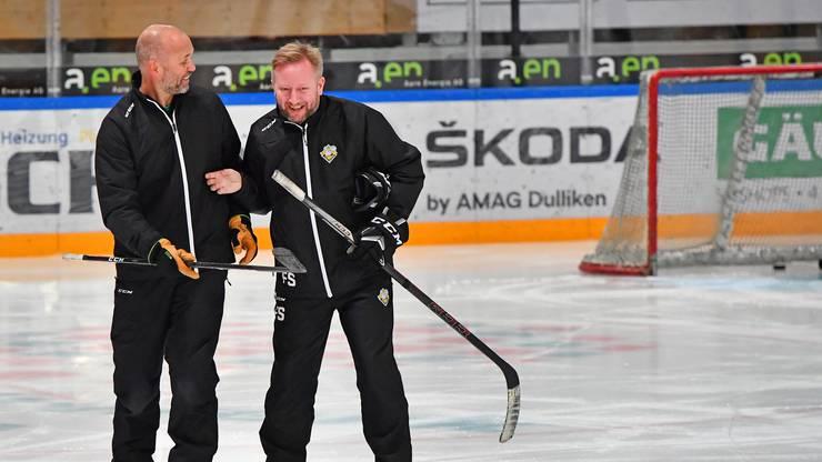 Tommy Sjödin und Headcoach Söderström haben sichtlich Spass zusammen im Training.