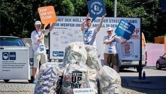 Dreissig solche Säcke werden täglich auf dem Autobahnabschnitt zwischen Dietikon und Oftringen eingesammelt. Bild: Colin Frei