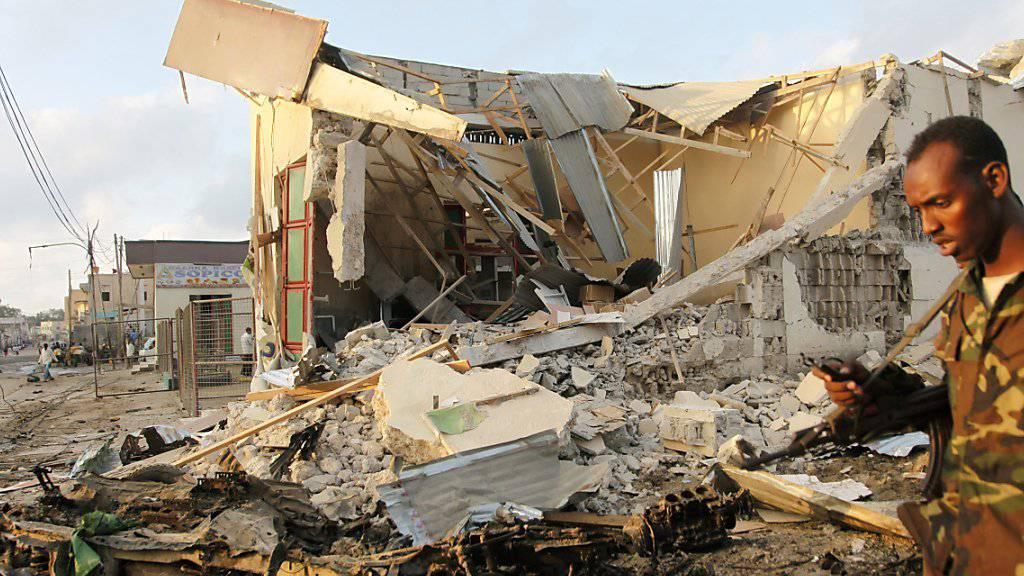 Ein beim Anschlag am Freitag zerstörtes Gebäude in Mogadischu. (Archiv)