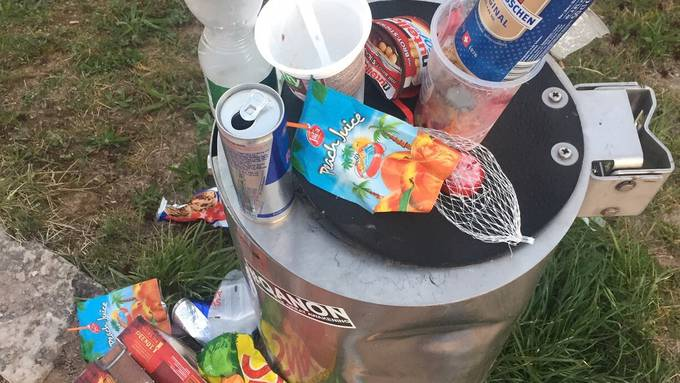 Überfüllte Eimer und liegengebliebener Abfall - kein seltenes Bild im Ballypark.