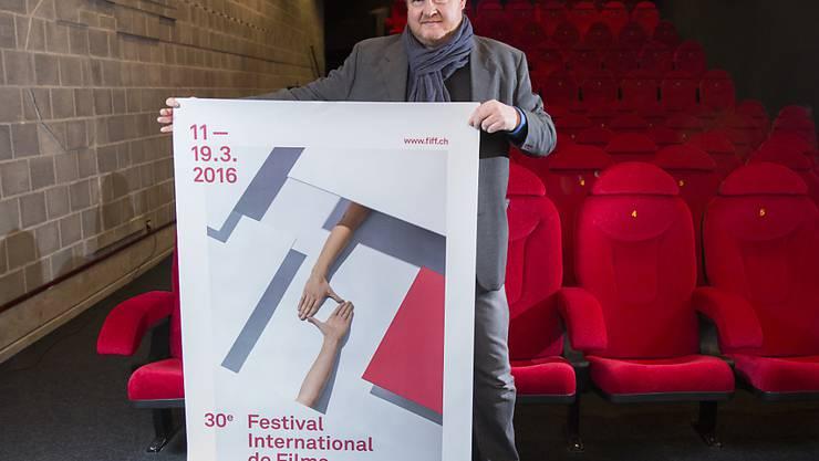 Thierry Jobin, künstlerischer Leiter des FIFF (Festival International de Films de Fribourg), zeigt das Festivalplakat.