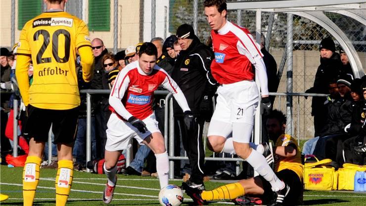 YB-Trainer Gross (hinten mit Mütze) beobachtet die Solothurner Juan Munz und Andreas Keller (rechts).HPS