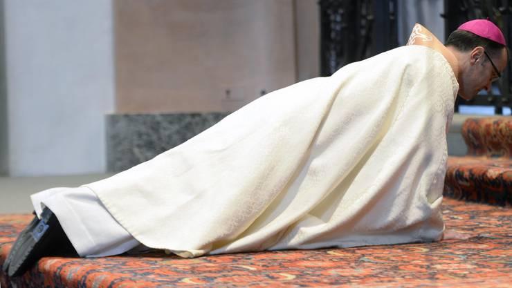 Der neu eingesetzte Abt liegt traditionsgemäss jeweils für mehrere Minuten mit dem Gesicht nach unten auf dem Boden, während über ihm gebetet wird.