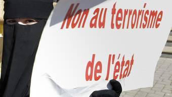 Verwandte der Angeklagten demonstrieren vor dem Gericht in Rabat gegen Staatsterrorismus