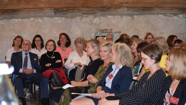 KMU-Frauen Kanton Solothurn feiern das 20-jährige Jubiläum. Gespannt verfolgen die Gäste, darunter auch acht Männer, die Referate.