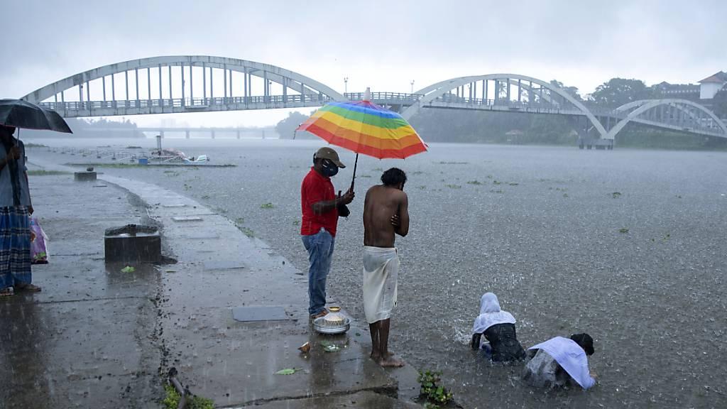 Ein Zyklon ist an der Westküste Indiens entlanggezogen und hat Medienberichten zufolge Menschenleben gefordert und für Verwüstung gesorgt. Foto: R S Iyer/AP/dpa