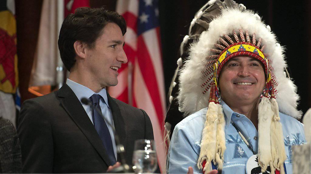 Kanadas Regierungschef Trudeau (links) mit dem nationalen Häuptling Perry Bellegarde vor zehn Tagen bei einer Versammlung von Ureinwohnern. Trudeau fordert die katholische Kirche auf, sich bei den Ureinwohnern für Misshandlungen zu entschuldigen. (Archivbild)