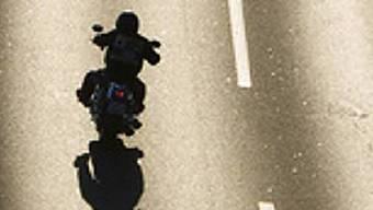 Dem unbekannten Motorradfahrer gelang die Flucht vor der Polizei. (Symbolbild)