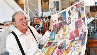 Jörg Binz in seinem Oltner Atelier mit einem Bogen, der Bildabzüge seiner Werke trägt. Die soll er jetzt auf Farbechtheit prüfen.