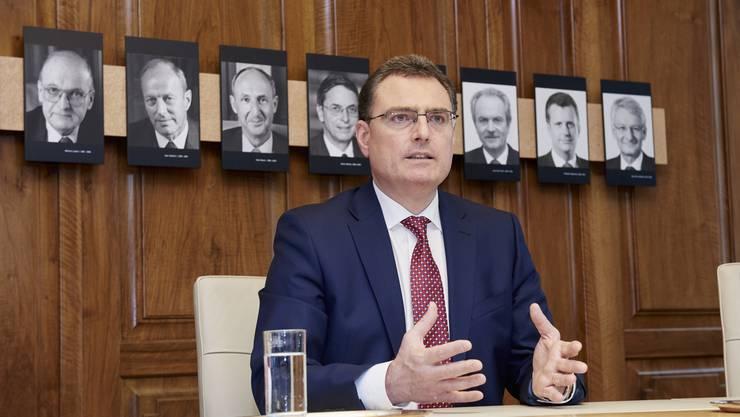 Thomas Jordan, Präsident der Schweizerischen Nationalbank, erklärt der «Schweiz am Wochenende» seine Geldpolitik. Dahinter die Galerie seiner Vorgänger.