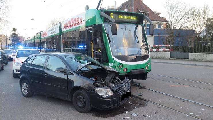 Am Donnerstag krachte ein Autofahrer in Allschwil in ein 6er-Tram.