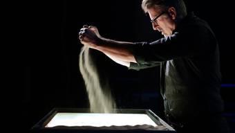 Mit seinen Sandmalereien zu selbstkomponierter Musik vermochte der Künstler und Komponist Urs Rudin zu beeindrucken.