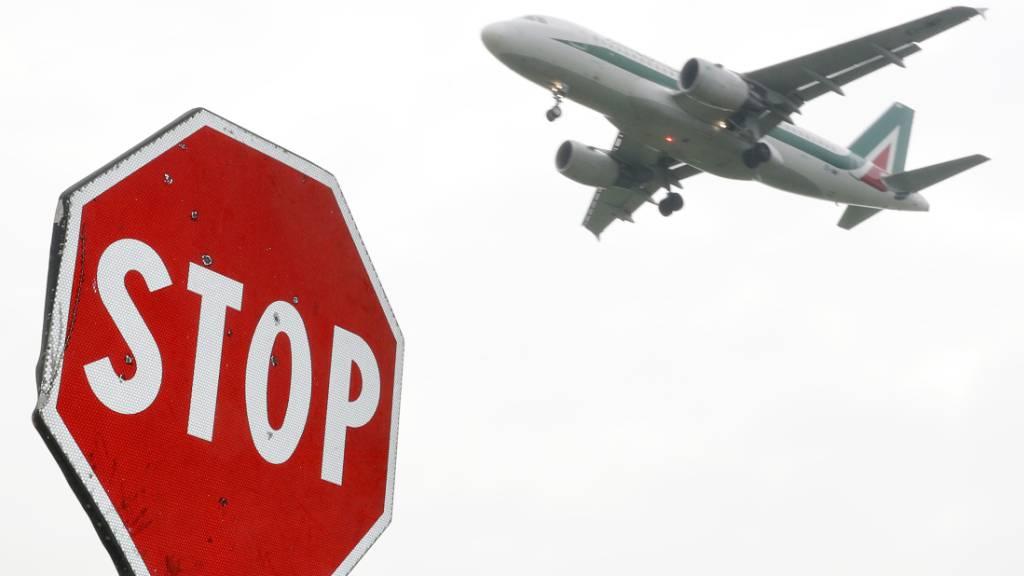 Die italienische Fluggesellschaft Alitalia hat nach Ansicht der EU-Wettbewerbshüter rechtswidrige staatliche Beihilfen in Höhe von 900 Millionen Euro erhalten. Rom muss das Geld nun zurückfordern. (Archivbild)