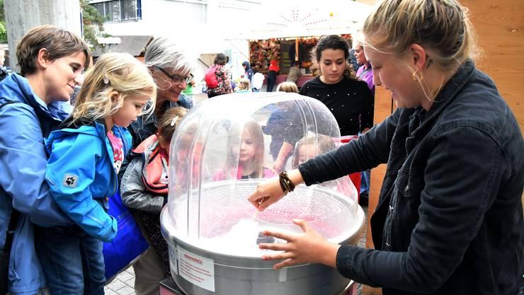 Auch Zuckerwatte und andere Süssigkeiten wird es am Dorfplatzfest geben.