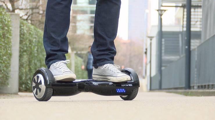 Ein Hoverboard ist ein elektrisch betriebenes, zweispuriges Rollbrett ohne Lenkstange, auf dem sich eine Person stehend fortbewegen kann.