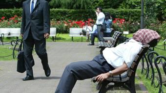 Viele Angestellte in Japan arbeiten zu viel, wie die Regierung in einem Bericht zu chronischer Überarbeitung herausfand. (Symbolbild)